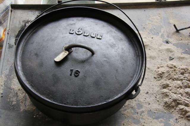 """Antique 16"""" Lodge Dutch Oven"""